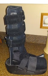 DJ MAXTRAX Walking Boot Size medium DJO.LLC dj Orthopedics Foot ankle in Camp Lejeune, North Carolina