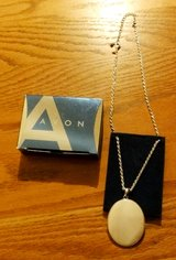 """Avon Mother of Pearl Medallion Necklace 2008 16 ½"""" 3"""" extender in Chicago, Illinois"""