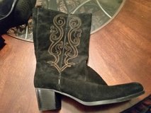 Womens suede boots 8 in Aurora, Illinois