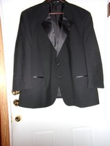 #OFCC. MEN'S TUXEDO COMPLETE. SIZE 44X28 in Fort Hood, Texas