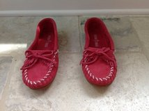 Girls Pink Minnetonka Moccasins Size 4 - LIKE NEW in Bolingbrook, Illinois