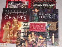 5 hardcover Xmas books in Glendale Heights, Illinois