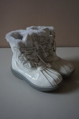 Girls Children's Place White Snow Boots Size 1 in Naperville, Illinois