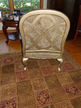 Bassett Chair, like new. Also 5x7 area rug shown in picture 4 sale. in Aurora, Illinois