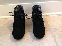 Women's TOMS Shoes Size 8.5 - Desert Wedge in Black LIKE NEW in Chicago, Illinois