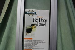 PETSAFE SLIDING GLASS DOOR (SMALL)  NEW (OBO) in Clarksville, Tennessee