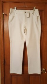 NEW Chico's White  Pants Size 2.5 in Aurora, Illinois