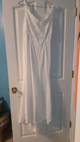 wedding dress size med in Fort Campbell, Kentucky