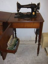 VINTAGE SINGER SEWING MACHINE AND CABINET in Bolingbrook, Illinois