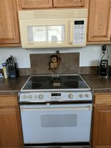 Electric oven with overhead microwave in Yucca Valley, California