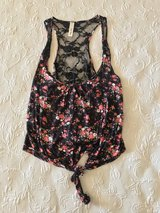 Women's floral top size medium in Yucca Valley, California