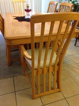 Dining table w chairs in Yucca Valley, California