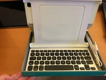 Ipad 2 case + keyboard in Naperville, Illinois