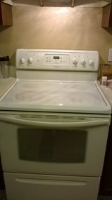 Frigidaire Gallery Smooth Top Electric Range/white in Hopkinsville, Kentucky