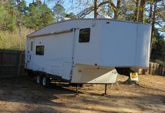 25 ft self contained 5th wheel trailer in Leesville, Louisiana