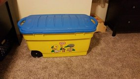 Little Tikes Rubbermaid toy box in Glendale Heights, Illinois