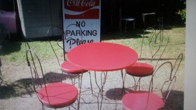 Ice cream table and chairs in Pearland, Texas