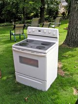 Range Stove Electric-White glass top Excellent Condition Guaranteed in Byron, Georgia
