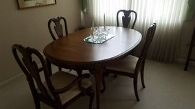 Table with 6 chairs excellent condition in Naperville, Illinois
