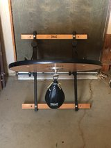 everlast speed bag with mounting bracket/ great condition barely used in Yucca Valley, California
