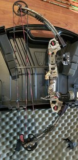 Buckmaster G2 Compound Bow and arrows in Kingwood, Texas