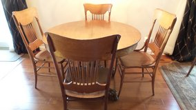 ANTIQUE ROUND SOLID OAK CLAW FOOT TABLE AND 4 SPINDLE CHAIRS in Aurora, Illinois