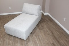 Gray Modern Ming Chaise, in EXCELLENT condition! in Spring, Texas