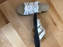 White Sandals Size 8.5 Never worn in Bolingbrook, Illinois