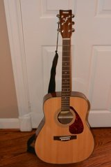 Yamaha F325 Folk Acoustic Guitar in Kingwood, Texas