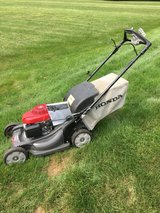NEW STYLE HONDA HRX 217 MOWER WITH BAG ANS SERVICE MANUAL READY TO WORK in Oswego, Illinois