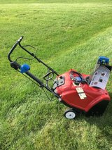 TORO 221QE SNOWBLOWER BLUE CHUTE KNOB WITH ELECTRIC OR PULL START AND RUNS VERY GOOD. in Yorkville, Illinois