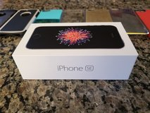 iPHONE SE 64GB and 6 cases in Bolingbrook, Illinois