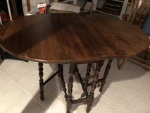 Antique gate leg table. Great condition in Bartlett, Illinois