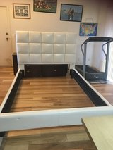 Queen bed frame White in Yucca Valley, California