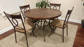 Round table with 4 chairs in Orland Park, Illinois