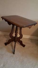NICE ANTIQUE VICTORIAN CARVED WOOD PARLOR TABLE/ SIDE END TABLE in Kingwood, Texas
