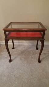 Vintage Curio Display Glass Top Table Queen Anne curved Legs. in Kingwood, Texas