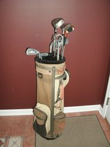 Mens RH Starter Golf Set with Bag Balls and Tees in Naperville, Illinois