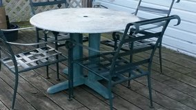 patio table an 4 chairs in Fort Leavenworth, Kansas