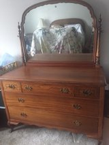 Full Size Antique bed & dresser set in Bolingbrook, Illinois
