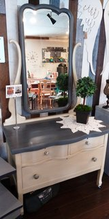 Swivel Mirror Dresser in Bolingbrook, Illinois