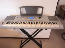 Yamaha DGX-220 Portable Grand Piano 76-Key Keyboard in Glendale Heights, Illinois