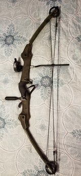 Bear Magnum hunter compound bow in Fort Leonard Wood, Missouri