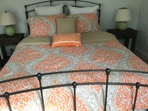 Queen Comforter Set with throw pillows and shams. Reversible, Washable, Practically New. in Beaufort, South Carolina