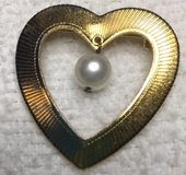 Brooch Gold Heart Cultured Pearl Dangle Vintage 70s Great Condition in Kingwood, Texas