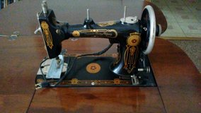 Antique 1925 Singer sewing machine and Cabinet in St. Charles, Illinois