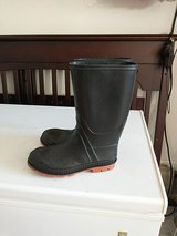 Rain boots size 5 in Clarksville, Tennessee