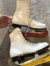 Girls size 2 youth ice skates in St. Charles, Illinois