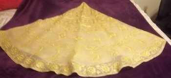 """Round gold table cloth 70""""  with six (6) napkins in Alamogordo, New Mexico"""