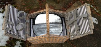 New Wicker Picnic Basket with hot/cold zipper compartment in Stuttgart, GE